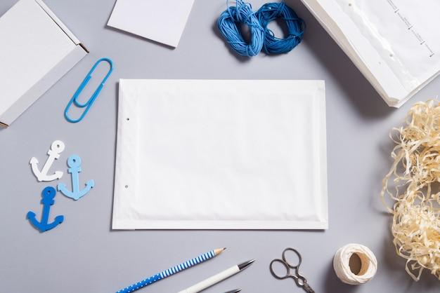 Biała koperta bąbelkowa na stole w biurze