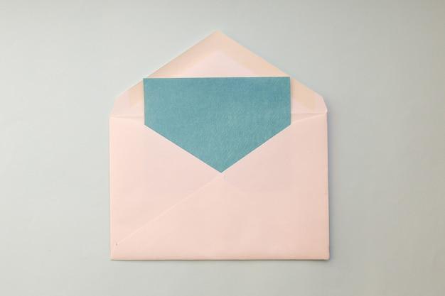Biała koperta z niebieską kartą