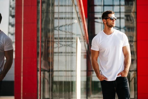 Biała koszula makieta mężczyzny na twoje logo