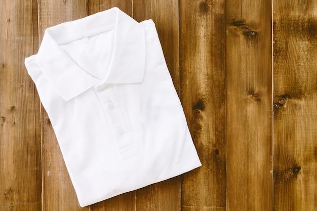 Biała koszula na drewnianym stole