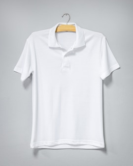 Biała koszula wisi na ścianie cementu. pusta koszulka do druku. przedni widok.