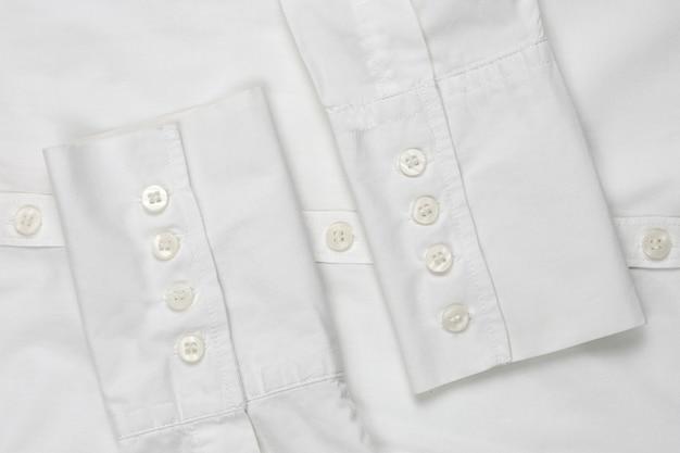 Biała koszula z rękawami zapinana na guziki, widok z góry