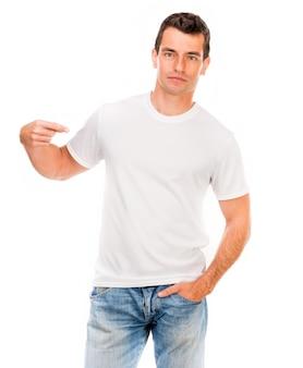 Biała koszulka na młodym człowieku