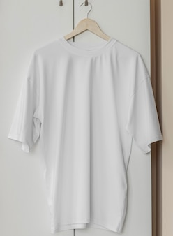 Biała koszulka na wieszaku gotowa na własną grafikę