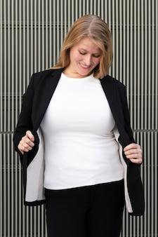 Biała koszulka plus size kobieta w czarnym garniturze