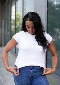 Biała koszulka streetwear damska plus size modna odzież outdoor shoot