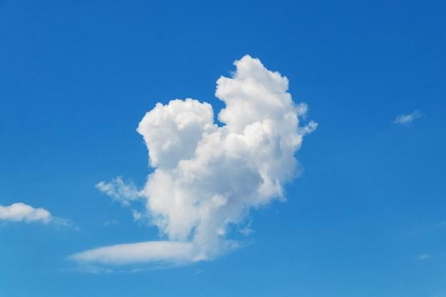 Biała kręcona chmura na niebieskim niebie