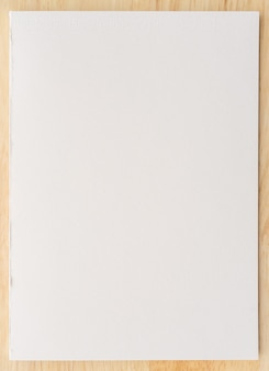 Biała księga tekstura na tle drewna. zbliżenie.