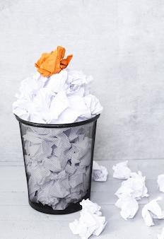 Biała księga w koszu na śmieci