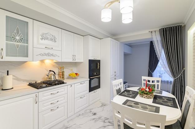 Biała kuchnia w klasycznym stylu