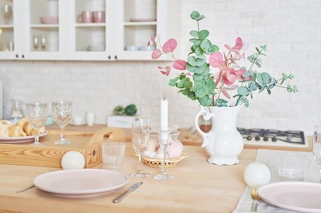 Biała kuchnia w stylu loftu. naczynia kuchenne i półki.