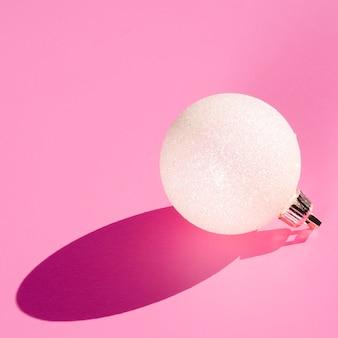 Biała kula ziemska na różowym tle