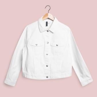 Biała kurtka dżinsowa z widokiem z przodu moda uliczna