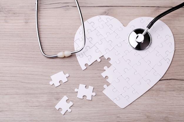 Biała łamigłówka kształt serca z stetoskop