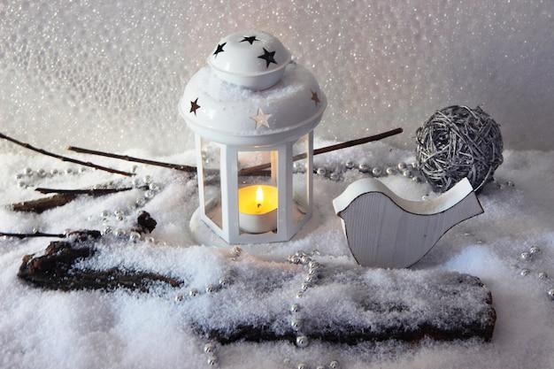Biała lampa błyskowa i świąteczne dekoracje na jasnym tle