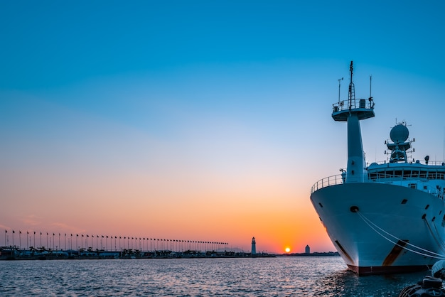 Biała latarnia morska i architektura miejska krajobraz nocny widok