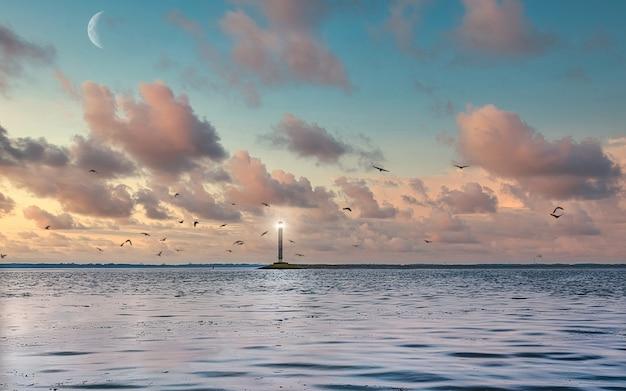 Biała latarnia morska na tle spokojnego morza, bezchmurne wieczorne niebo. seascape morza czarnego.