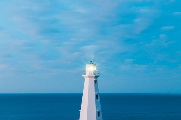 Biała latarnia morska w ciągu dnia