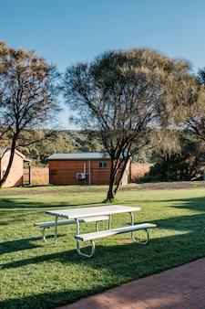 Biała ławka w ogrodzie