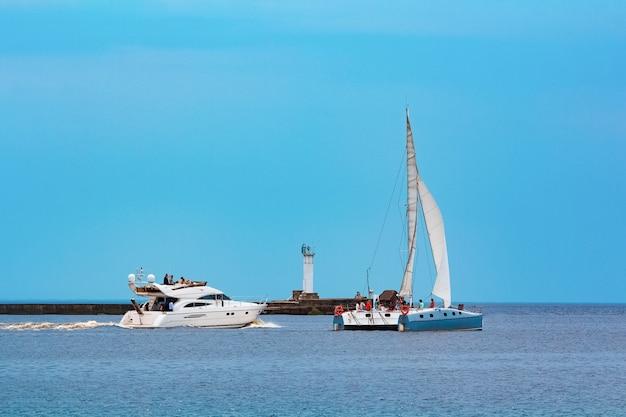 Biała łódź motorowa szybko płynie do bałtyku. sport wodny