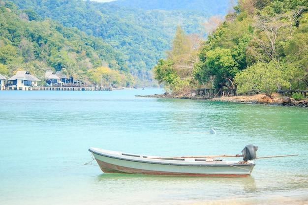 Biała łódź na morzu