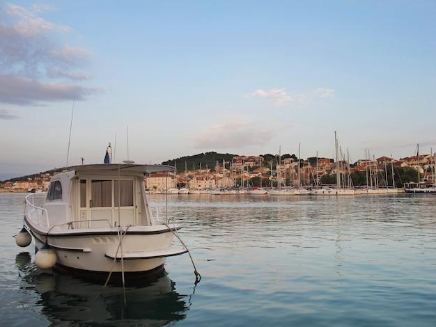 Biała łódź w rzece w chorwacja