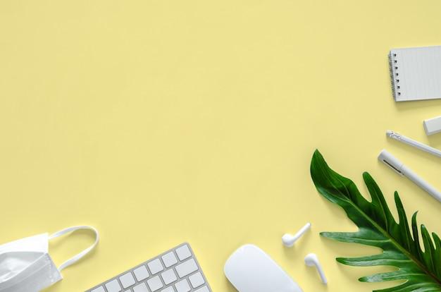 Biała maska, materiały szkolne i biurowe dla nowej koncepcji normalnego biura.