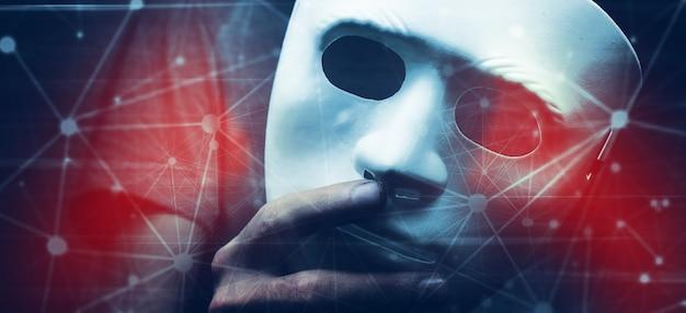 Biała maska na ciemnej ścianie