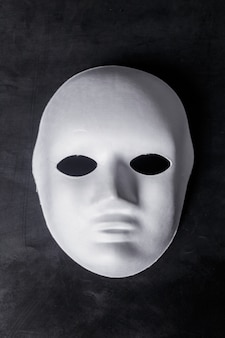 Biała maska z bliska