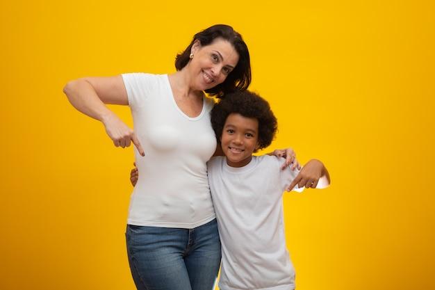 Biała matka z czarnym synem. adopcja szacunek społeczny, kolor skóry, włączenie.