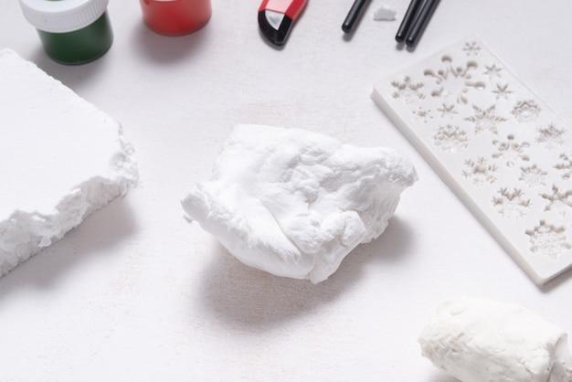 Biała miękka glina modelarska do hobby i rzemiosła, na drewnianym stole