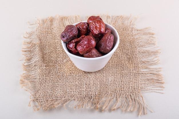 Biała miska suszonych smacznych owoców silverberry na białym tle. zdjęcie wysokiej jakości