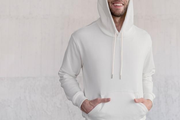 Biała modna bluza z kapturem) sesja mody męskiej w stylu ulicznym