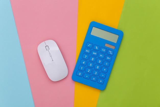 Biała mysz komputerowa i niebieski kalkulator