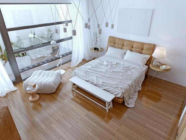 Biała nowoczesna sypialnia z brązową podłogą.