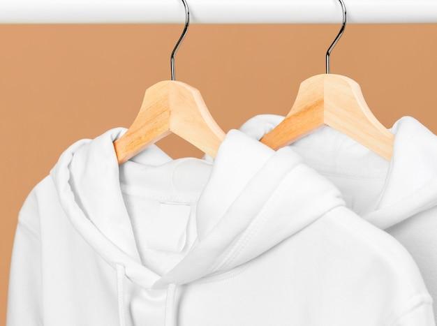 Biała odzież na wieszaku z bliska