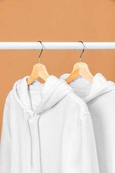 Biała odzież na wieszaku