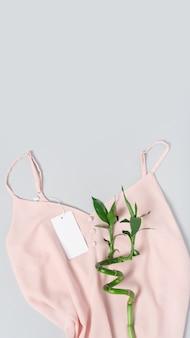 Biała odzież tag, etykieta pusty szablon makieta. bluzka bawełniana premium różowa tkanina tekstylna. bambus