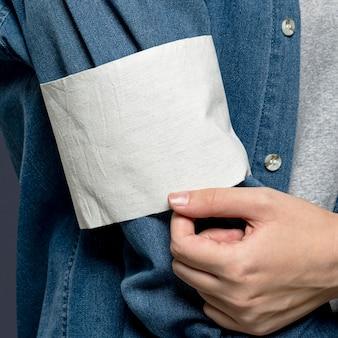 Biała opaska wolontariuszy na rękawie dżinsów