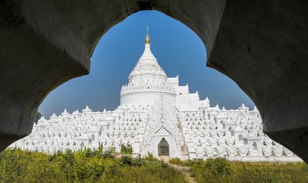 Biała pagoda hsinbyume (myatheindan) w mingun, myanmar.
