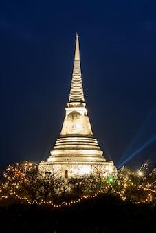 Biała pagoda iluminująca na wzgórzu przy zmierzchem