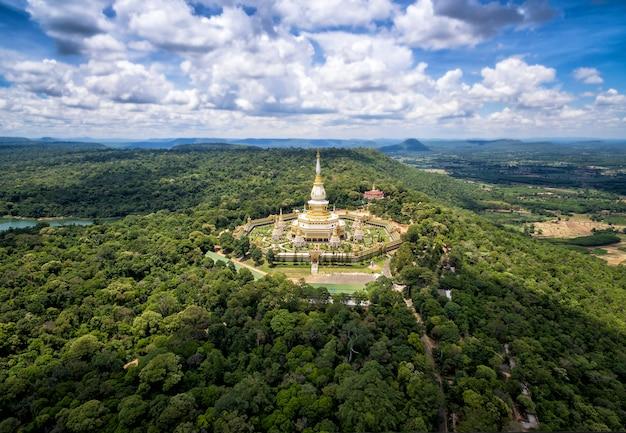 Biała pagoda w świątynnym phramahajedi chaiyamongkol przy roi et tajlandia