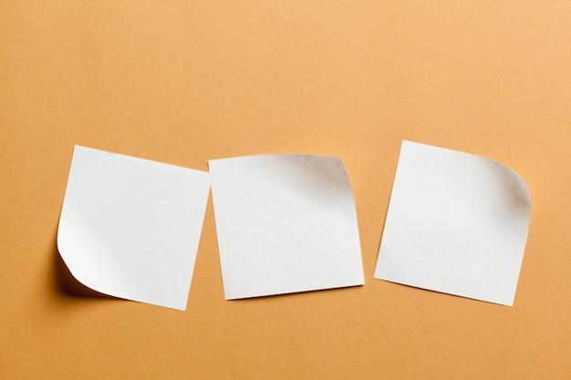 Biała papierowa karta na pomarańczowym tle