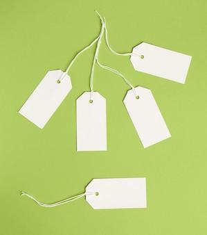 Biała papierowa prostokątna przywieszka na linie