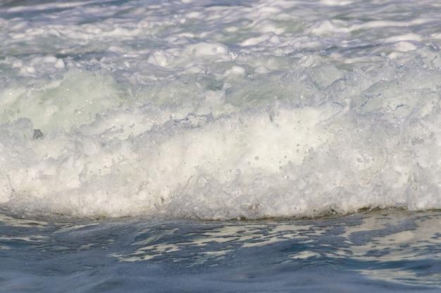 Biała piana fali na plaży leblon w rio de janeiro
