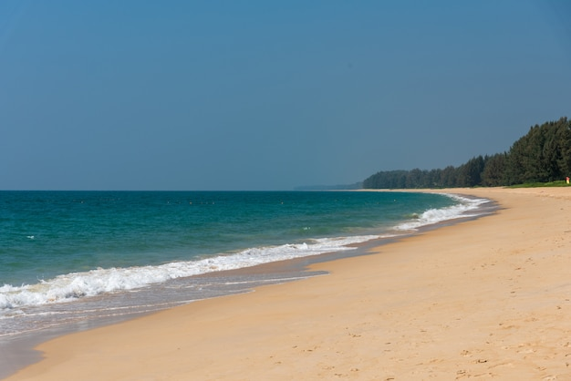 Biała piasek plaża, niebieskie niebo i.