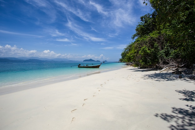 Biała piasek plaża przy khang khao wyspą, ranong prowincja, tajlandia (nietoperz wyspa).