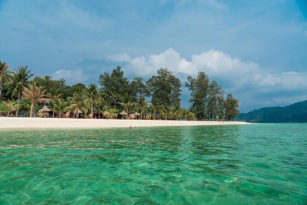 Biała piasek plaża z drewnianym parasolem przy lipe wyspą tajlandia