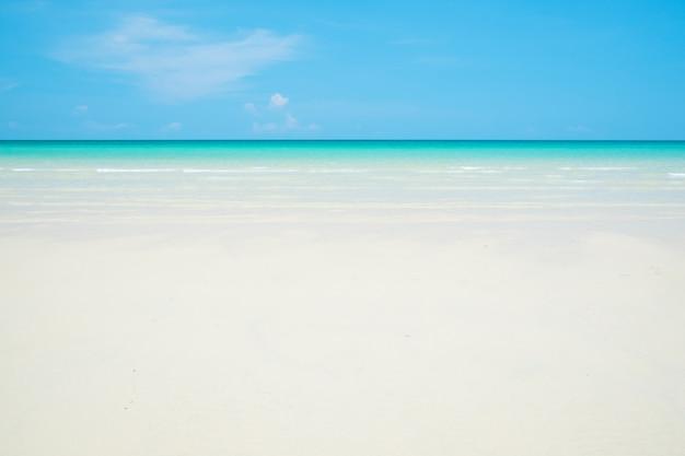 Biała piaszczysta plaża, czysta woda i błękitne niebo