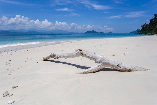 Biała piaszczysta plaża w słoneczny dzień na wyspie kham-tok (koh-kam-tok), prowincja ranong, tajlandia.